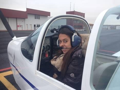 La alumna Ana Mencía en la escuela de vuelo Flybyschool