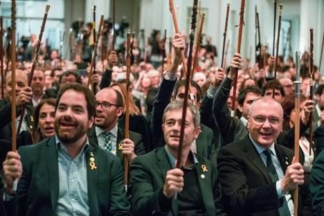 Los alcaldes independentistas en Bruselas, a la llamada del golpista fugado Puigdemont. (Foto: Stephanie Lecocq / EFE -El País)