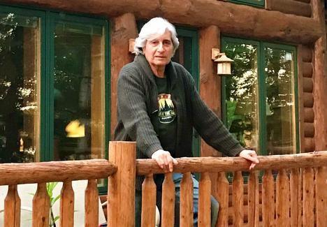 El autor, Manuel Pastor, confinado por la pandemia en su casa del lago, al norte de Minnesota.