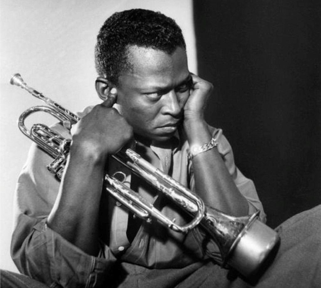 Miles Davis y su trompeta con sordina de acero. (Foto de archivo).