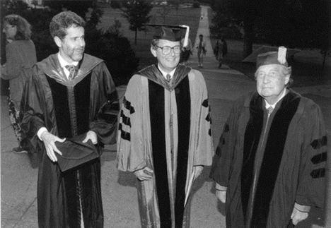 Octavio Paz, a la derecha, en 1992, frente a Mead Chapel, después de la ceremonia donde recibió el doctorado honorífico. Cortesía de Middlebury College Special Collections and Archives, Middlebury, Vermont.. (Foto y pie: https://schoolofspanish.middcreate.net)