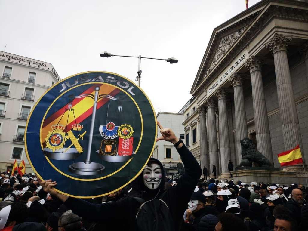Policías Nacionales y Guardias Civiles frente al Congreso de los Diputados. (Foto: La Crítica)