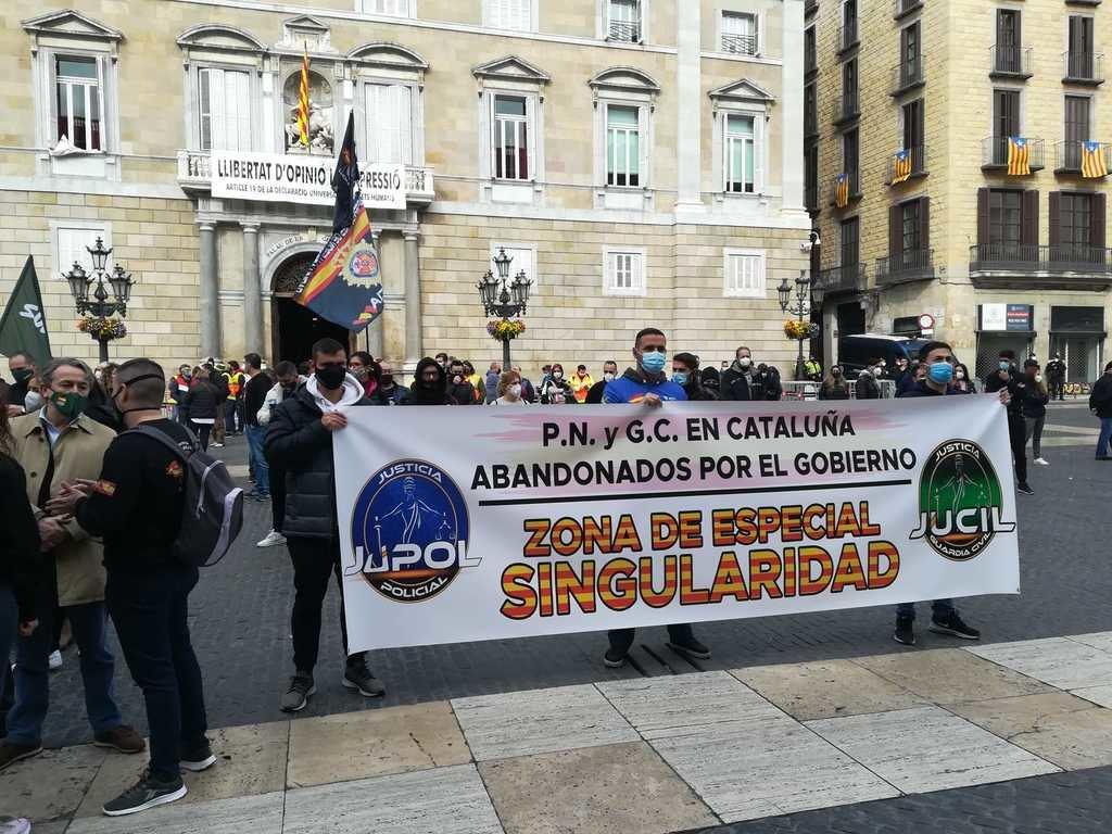 Policía y Guardia Civil se manifiestan en Barcelona… y los antifas de CDR, Arran y otros demócratas les plantan cara