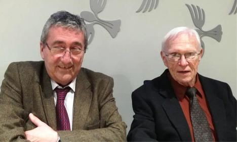 El profesor e hispanista Stanley G. Payne junto al editor y director de La Crítica, Juan M. Martínez Valdueza, en 2018. (Foto: Archivo de La Crítica).