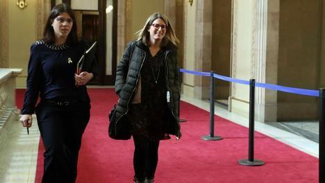 Gemma Geis y Elsa Artadi, diputadas de JxCat, hoy  en el Parlamento catalán (Toni Albir / EFE)