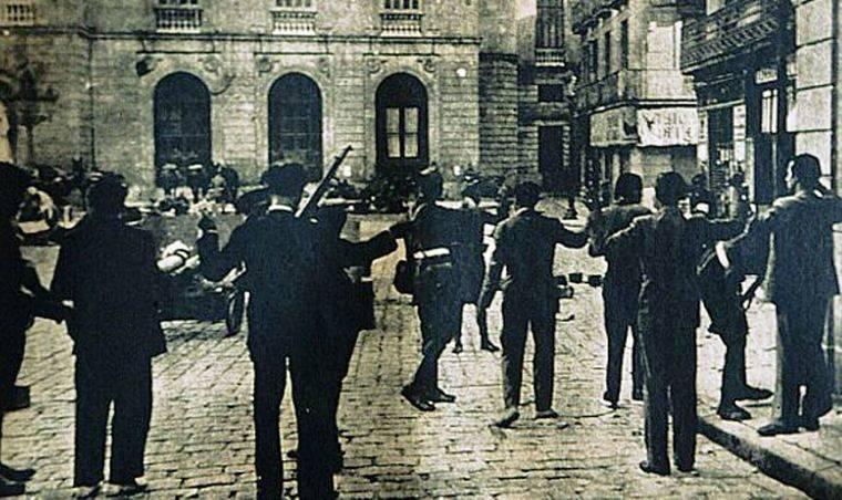 Durant el Sis d'Octubre, membres d'Estat Català i del sometent són escorcollats per soldats © FOTOTECA.CAT