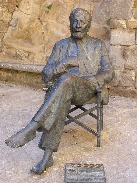 Luis García Berlanga. Escultura de José Luis Fernández. (Sos del Rey Católico, Zaragoza, España).