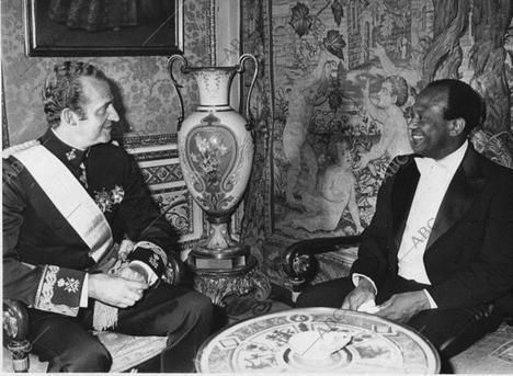El Rey Juan Carlos I con el embajador americano (durante los sucesos del 23-F) Terence Todman (1926-2014). (Foto: www.abc.es)