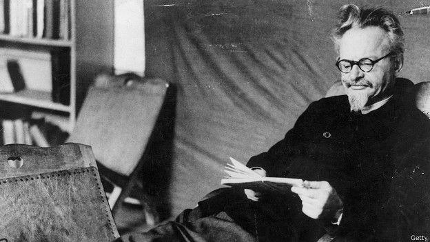 """Trotski hizo famosa en un discurso la condena de los populistas, mencheviques y otros grupos socialistas y demócratas menores """"al basurero de la Historia""""."""