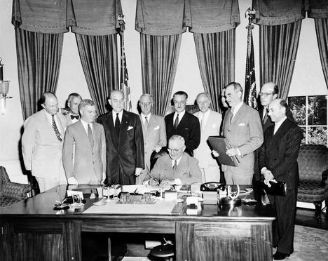 Truman, presidente de EE.UU., firma el Tratado de Washington el 4 de abril de 1949. (Foto: wikipedia.org)