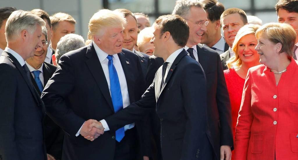 Los presidentes de EE UU y Francia, Trump y Macron en la última cumbre de la OTAN. (Foto: Ernst / Reuters)