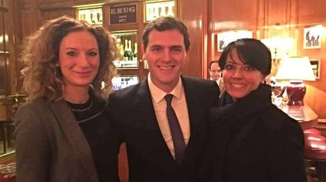 Albert Rivera entre las concejalas de C's de Ponferrada Rosa Luna (derecha) y Ruth Santín. (Foto: esdiario.com)