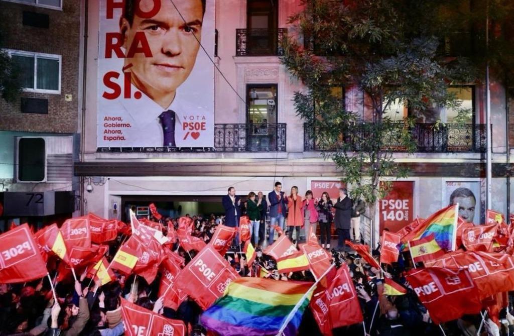 Celebración de los resultados del 10-N por el PSOE en la calle Ferraz de Madrid. (Foto: elplural.com)
