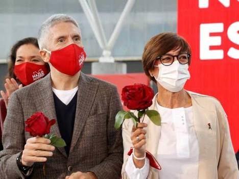 Fernando Grande Marlasca y María Gámez, ministro del Interior y directora general de la Guardia Civil, rosas socialistas en mano. (Foto: EFE).