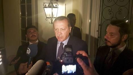 Erdogan durante su comparecencia a los medios en la noche del golpe. (Reuters, El Confidencial)