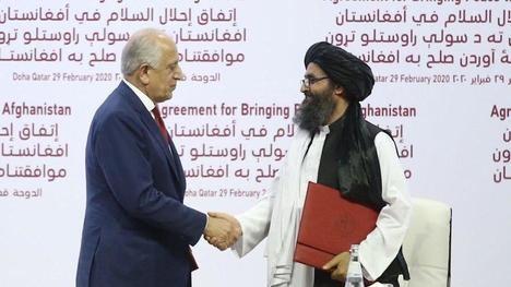 Acuerdo de Doha (Qatar) firmado entre los talibanes y el gobierno de los Estados Unidos el 29 de febrero de 2020 que establecía la retirada de las fuerzas internacionales de Afganistán en el plazo de 14 meses. (En la foto, el enviado de Estados Unidos, Zalmay Khalilzad (i) y el líder talibán, Mulá Abdul Ghani Baradar, en la firma del Acuerdo. https://es.finance.yahoo.com/noticias)