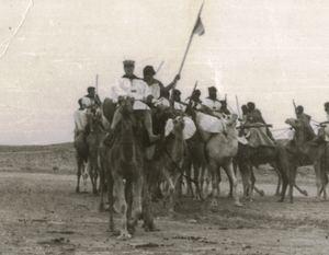 Patrulla de tropas nómadas en el Sáhara español. (Foto: https://museoarqueologicodeyecla.org / Tomás Castillo Martínez).