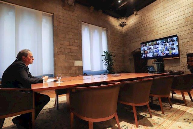 El visir Torra en videoconferencia (a una prudente distancia de la pantalla) con el resto de jefes de las autonomías españolas y el presidente Sánchez. (Foto: Europa Press).