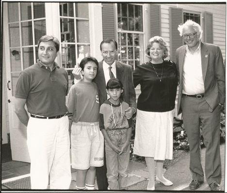 El autor, Manuel Pastor, con Alfonso Guerra y Bernie Sanders en Vermont, verano de 1991.