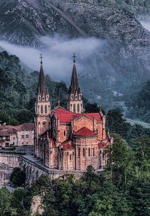 La basílica de Covadonga. Asturias, España. (Foto: https://conalmacomunicacion.blog/2017/08/17/10-imprescindibles-si-visitas-covadonga/).