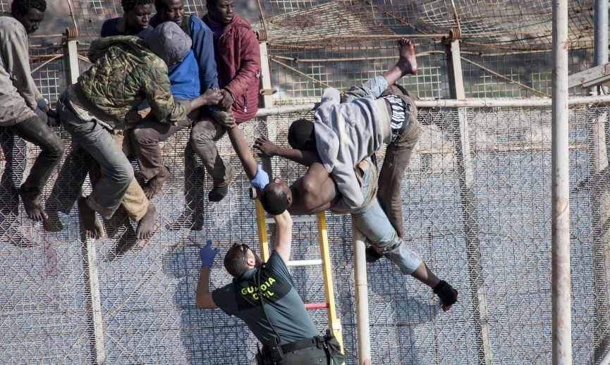 Asalto a la valla fronteriza de Melilla. (Foto: AUGC - Asociación Unificada de Guardias Civiles).