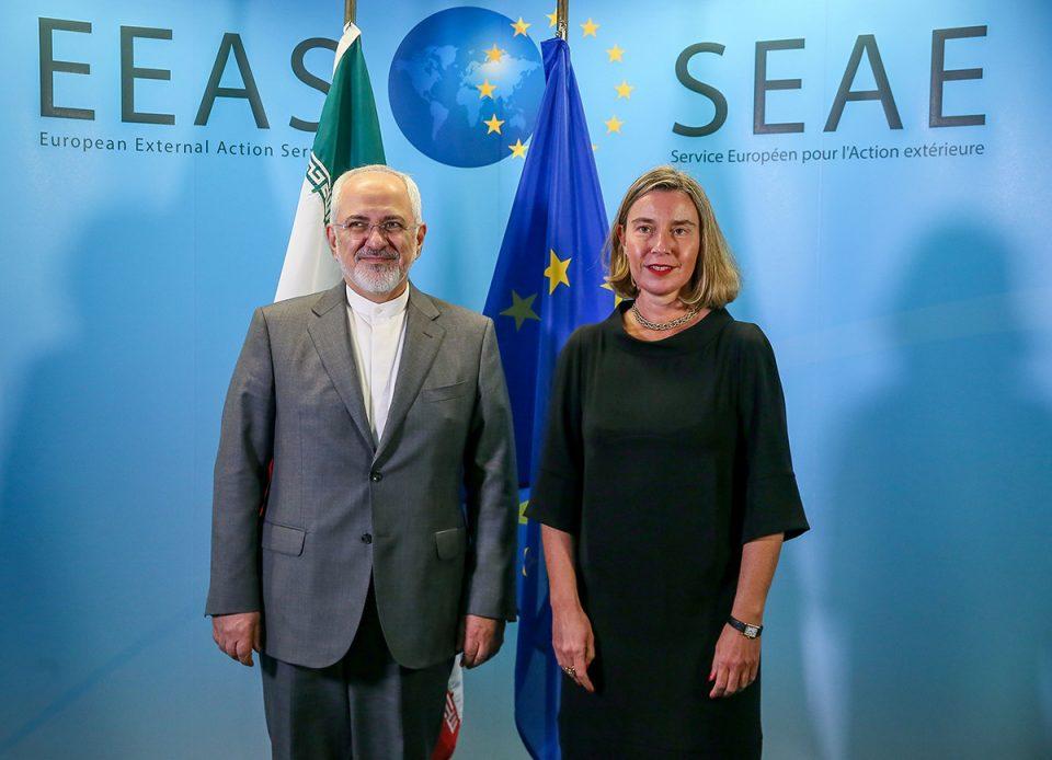 Mohammad Javad Zarif, jefe de la diplomacia iraní, y la Alta Representante de la Unión Europea, Federica Mogherini, en Bruselas, el 25 de abril de 2018. (Foto: www.politicaexterior.com / GETTY)