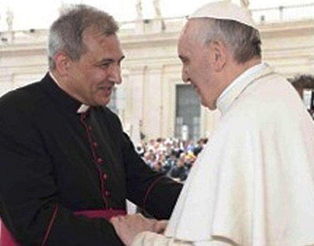 Lucio Vallejo (para el autor 'cabeza de turco') y el Papa Francisco.