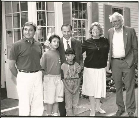 El autor del artículo Manuel Pastor, Alfonso Guerra y sus hijos y el actual precandidado demócrata Bernie Sanders junto a su esposa, hace 20 años en el Middlebury College de Vermont