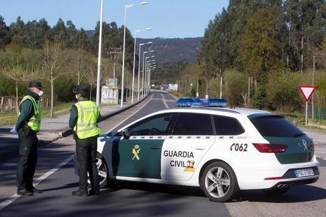 Patrulla de la Guardia Civil en servicio. (Foto: https://elcaso.elnacional.cat/)