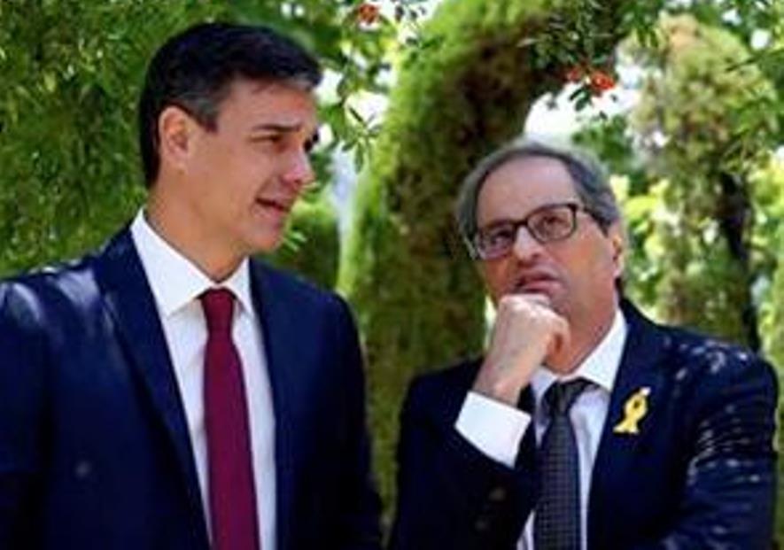 Pedro Sánchez Pérez-Castejón y Joaquín Torra Pla paseando por los jardines del Palacio de La Moncloa. (Foto -frag- Crónica Global)