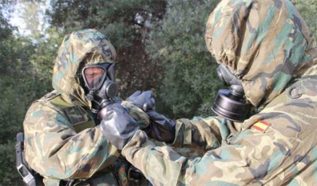 Ministerio de Defensa. Soldados con protección NBQ.