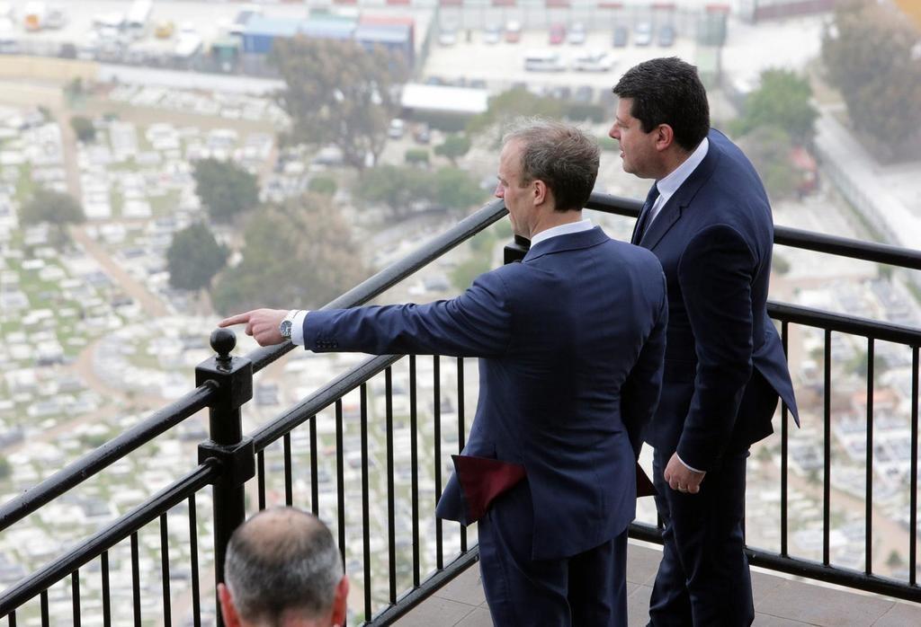 El ministro de Exteriores inglés, Dominic Raab, con Fabián Picardo en Gibraltar. (Foto: https://www.theolivepress.es/spain-news/).