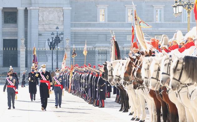 Su Majestad el Rey Felipe VI pasa revista a la fuerza presente de la Guardia Real. (© Casa de S.M. el Rey).