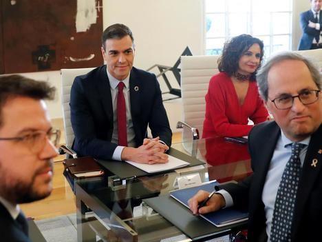 Sánchez y Torra en la 'mesa de diálogo'. (Foto: El Heraldo de Aragón)