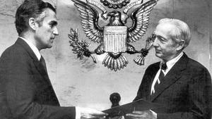 El encargado de Negocios de la Embajada de España, Alonso Álvarez de Toledo, entregó el documento de adhesión el 30 de mayo de 1982 al «número dos» del Departamento de Estado. (ABC - EFE)