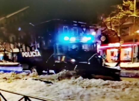 Viejo camión antidisturbios quitando la nieve en Madrid.