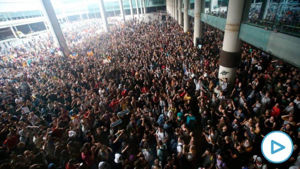 Miles de independentistas catalanes ocupan el aeropuerto de El Prat de Barcelona. (Foto: www.okdiario.com)